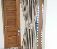 Gorden pita jendela kecil tidak tembus transparan menggunakan bahan blackout